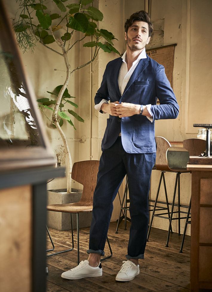 紺色ジャケットのモデルの画像