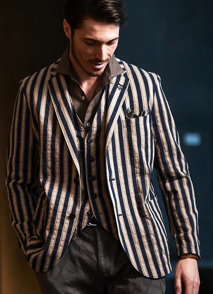 焦げ茶色ジャケットのモデルの画像