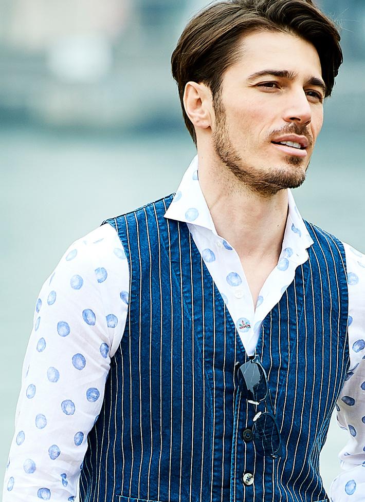 紺色ベストを着たモデルの画像