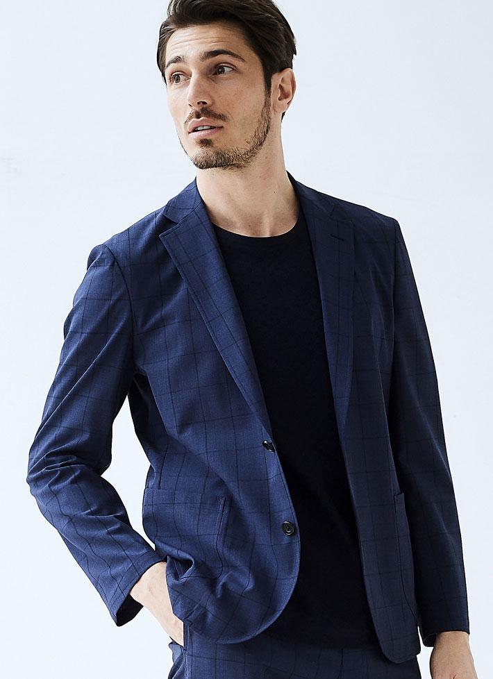 紺色ジャケットを着たモデルの画像