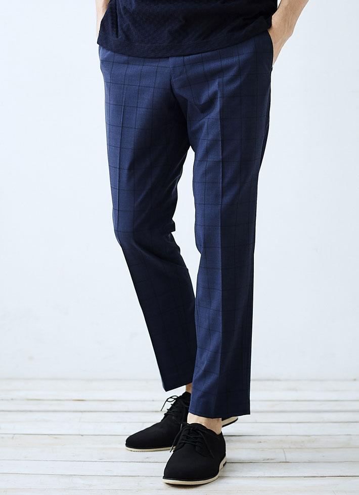紺色パンツを履いたモデルの画像